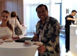 Nyoman Asrama (kanan) bertemu dengan pelaku pariwisata Ukraina dalam program promosi pemulihan pariwisata Bali di tengah pandemi Covid-19